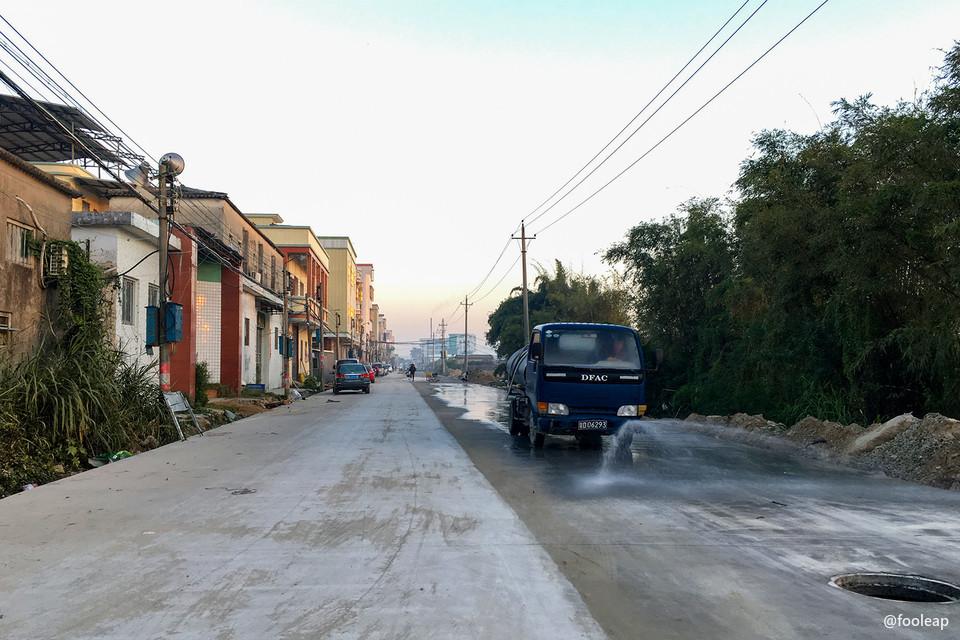 水泥路面已经完工的北村东路