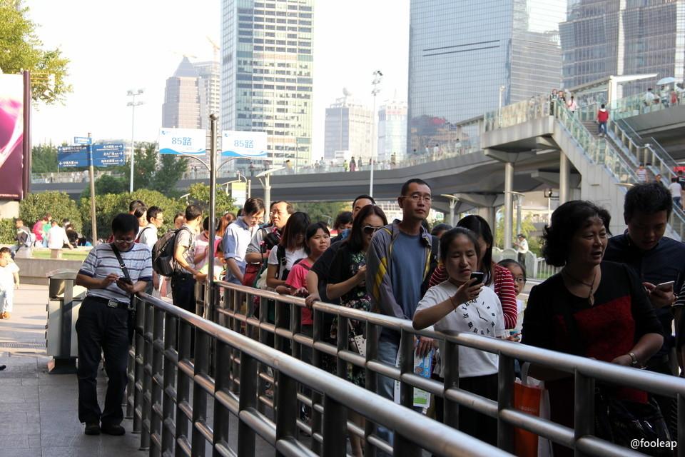 上海公交 85 路公交站排队