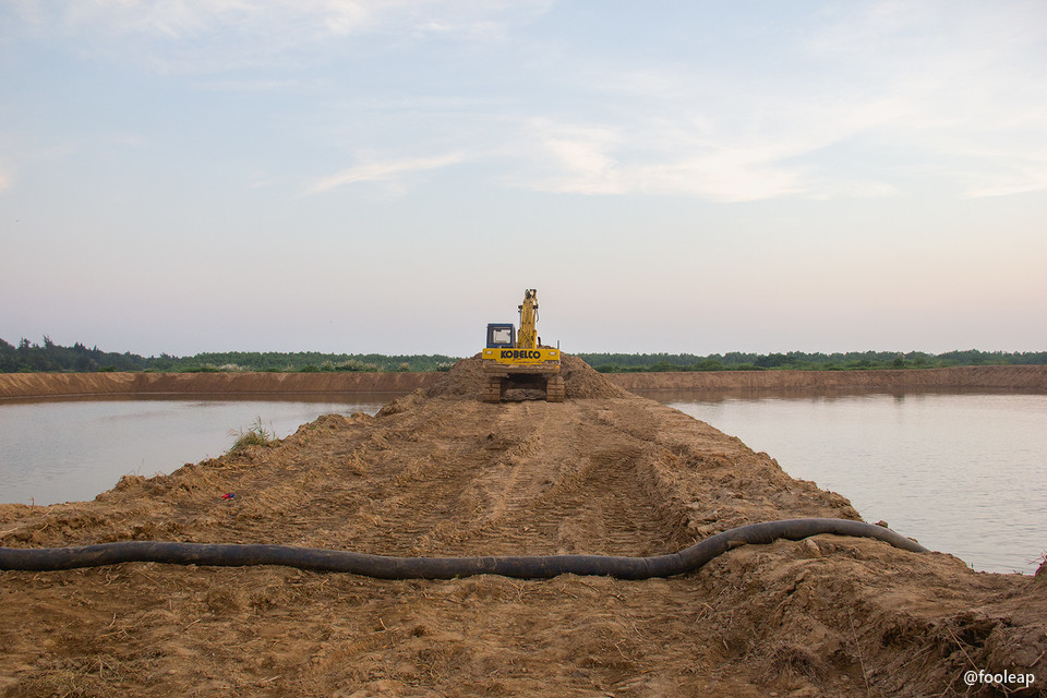 两个池塘以及挖掘机
