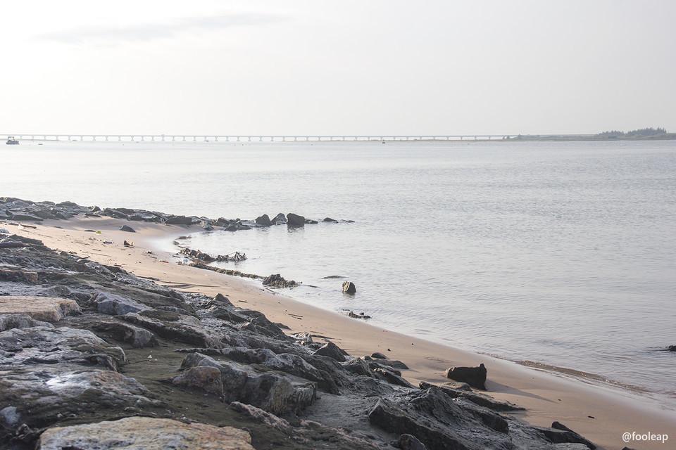 河滩以及远处的南澳大桥