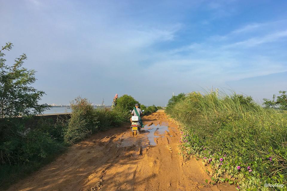 泥泞的堤顶土路