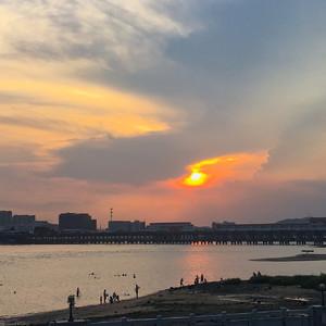 近日渡亭堤顶的夕阳