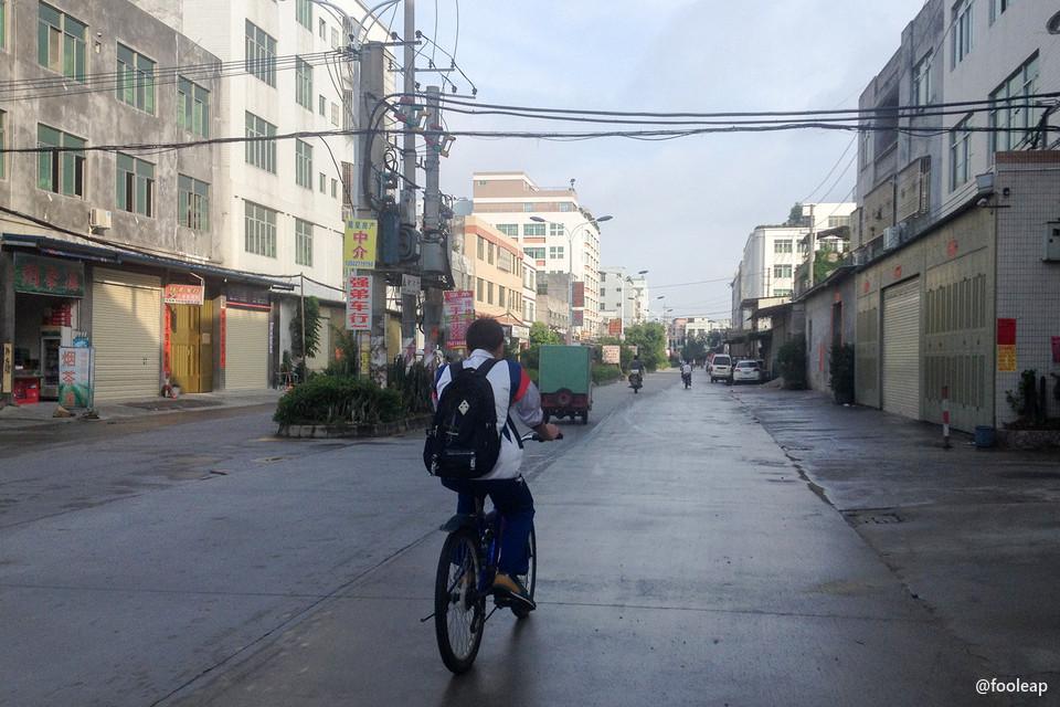 正在骑车的莲阳中学学生