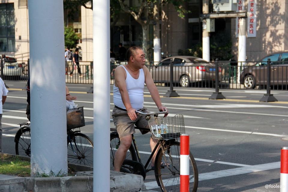 复兴东路中华路口老二八在等红绿灯