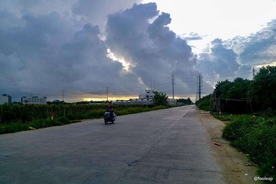 从莲鸿路上看天空的乌云